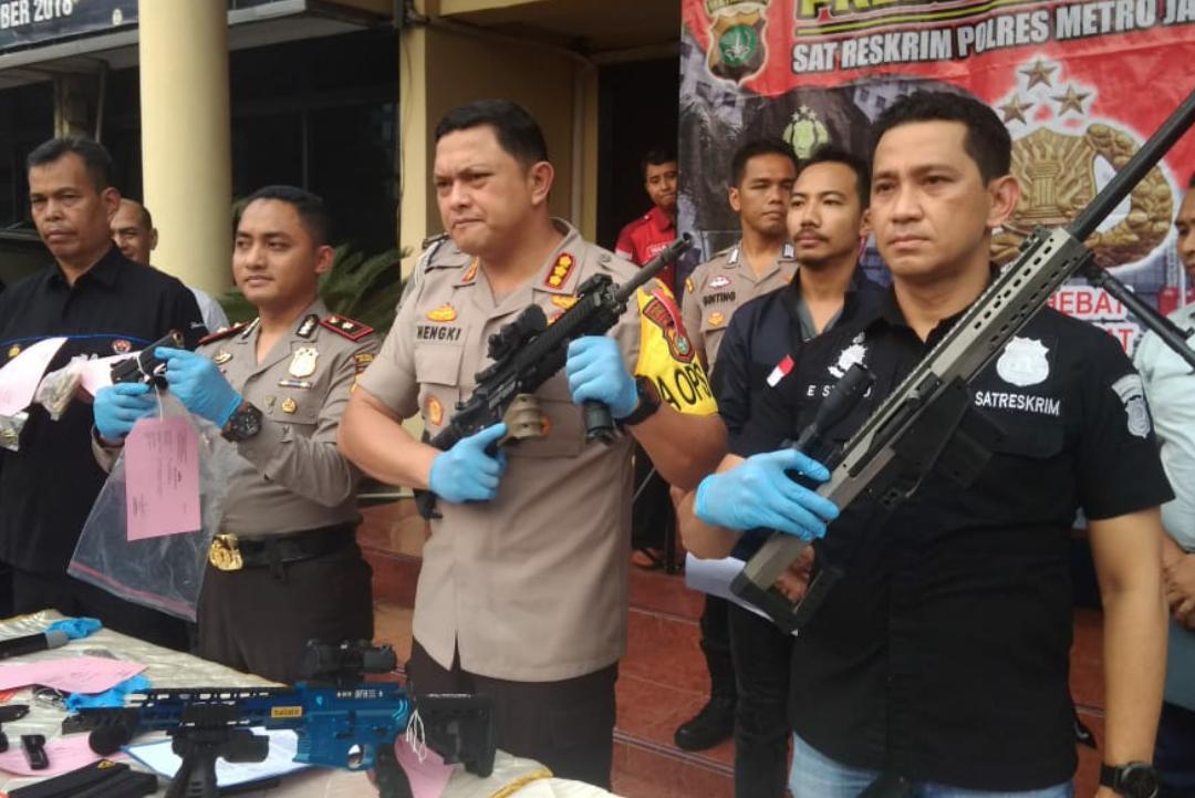 Polisi Temukan Senjata Api dan Ratusan Amunisi di Kamar Apartemen Pria Yang Bunuh Diri