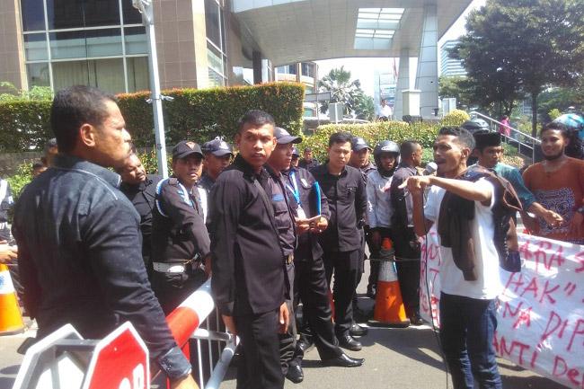 Ketegangan Massa Aksi Bela Rakyat Gorontalo Utara Geruduk Kantor PT Toba Bara